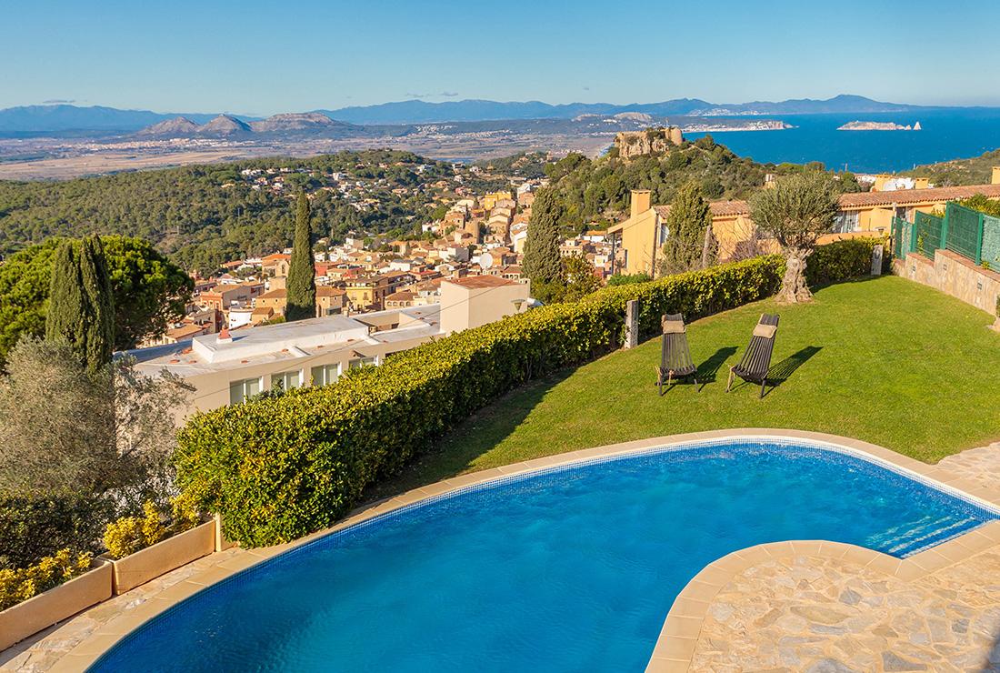 Casa en venta en Begur con vistas al mar y piscina